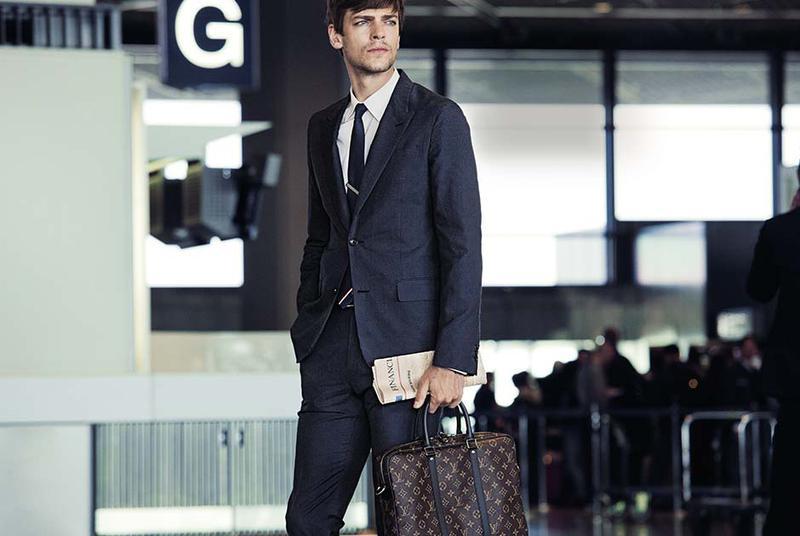 Louis Vuitton[ルイ・ヴィトン] 上品オーラを放つ伝統のモノグラム / ネイビースーツにネイビーのソリッドタイというシンプルなビジネススタイルに映えるのは、やっぱり伝統のモノグラム・モチーフのブリーフケースですよね。遠目からでもひと目で分かるオーラを放つ、デキるオヤジが持つべき逸品です。凛としたブリーフは品のあるモノグラム・モチーフで。W37×H30×D7㎝。14万8000円/ルイ・ヴィトン(ルイ・ヴィトン クライアントサービス)