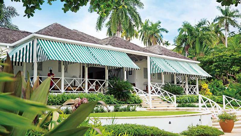 地元ジャマイカンのハネムーナーも訪れるモンテゴ・ベイにはたくさんのラグジュアリーリゾートが立ち並ぶ傍ら、写真のラウンド ヒルは老舗の一軒