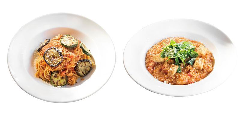 モダンな見え方ながら正統で深みのあるパスタ料理 / 左のスパゲティボロネーゼには盛り付け時にカットトマトをくわえさらに酸味とコクをプラス。右のリゾットはバジルとトマトの香りを存分に楽しめるひと品です。「カフェ ミケランジェロ」住所/東京都渋谷区猿楽町29-3 ☎03-3770-9517 営業/11:00~22:30