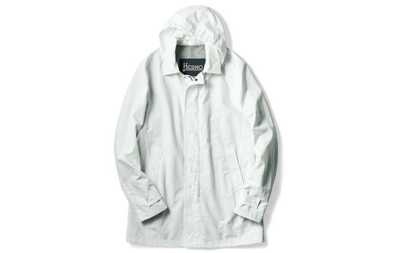 軽快にしてエレガントな白のシャカシャカコート 8万6000円/ヘルノ(ヘルノ プレスルーム)