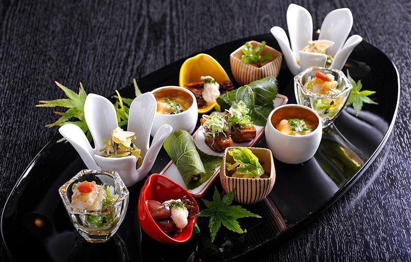 日本料理レストラン「夢音」では、地元の豊かなお野菜や魚介類を中心とした厳選の食材が堪能できます。女心をときめかせるモダンなプレゼンテーションが、デートのフィナーレをより盛り上げて。