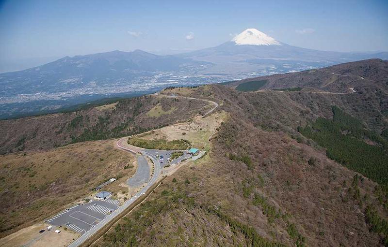 芦ノ湖に沿って5分間、湖尻峠のあたりまでフライトします。
