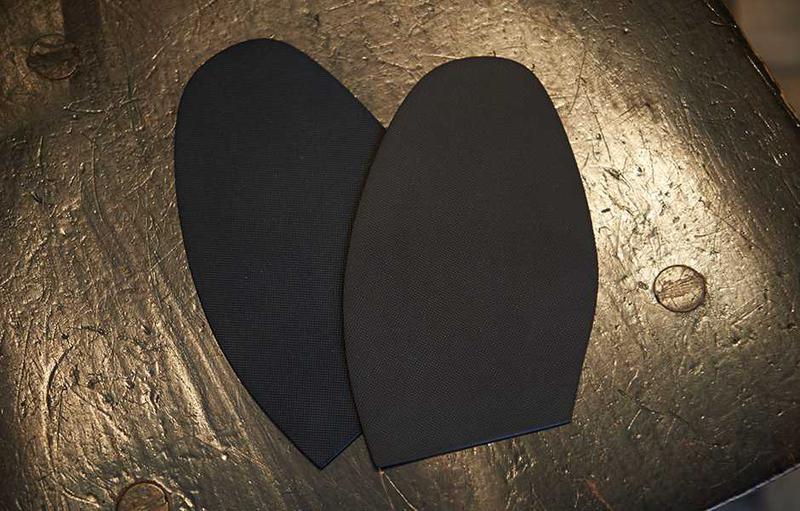 雨の日のレザーソールの靴はすべりやすいので、とっても危険です。とくにオフィスビルのエントランスなど、雨水に濡れた大理石のロビーなんかは大敵です。そこで雨の日でもはくと決めた靴は、購入したらすぐにソールの半分をラバーソールに貼り替えてしまうのも手。ユニオンワークスでは1ペア3500円でハーフラバーソールにしてくれます。