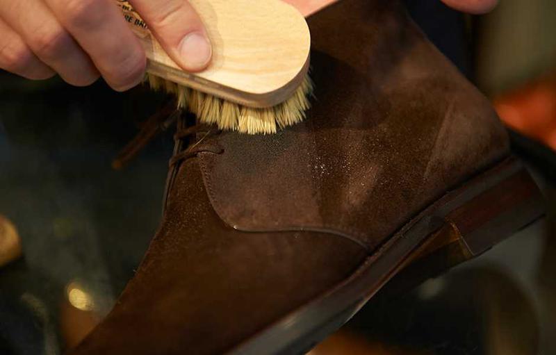 スエード靴には、専用のブラシを用意。ほかの靴磨き用に使っているクリームがついたままのブラシを共用すると、脂分でスエードの風合いを損ねますのでご注意ください。
