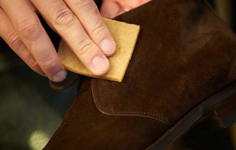 スエード専用の消しゴムで毛羽についている汚れや、毛羽の根本の細かいホコリを取り去ります。こちらは専用の生ゴム消しゴム。文具の消しゴムでは、細かすぎるのでダメなのだそうです。
