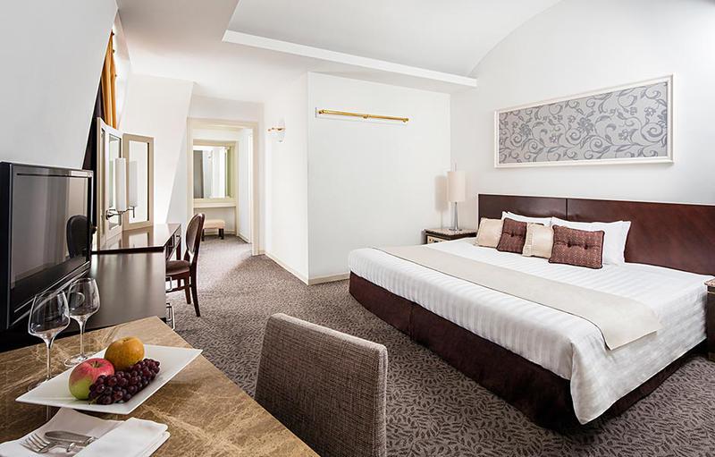 スイートルームのキングサイズのベッド。手足を伸ばし存分にリラックスできます。