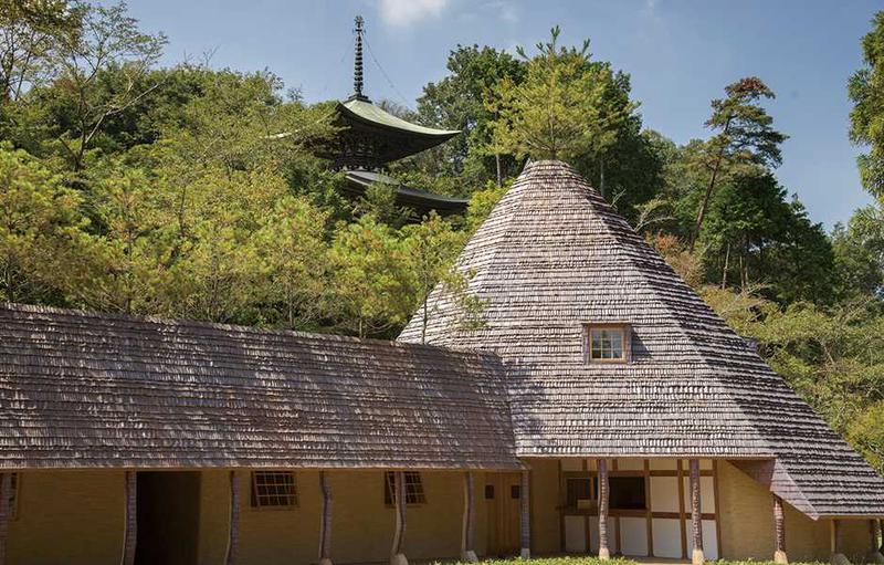 総門を入ってすぐ、人々を出迎えるのは寺務所の「松堂」。縄文建築で知られる建築家・藤森照氏が設計したユニークな建物です。