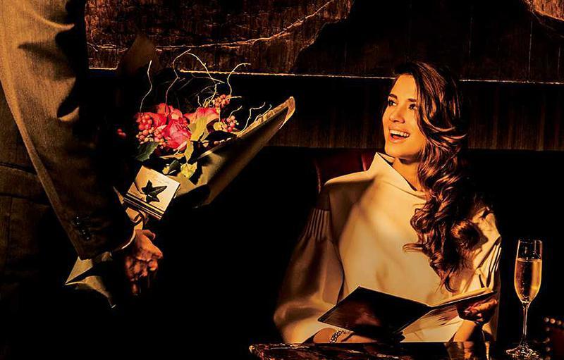 【パレスホテル東京】彼女をバーやラウンジで待たせている間に花束サプライズを。こちらのフラワーショップはグランメゾンのファッションショーなどを手がけているパリのフラワーアーティストによるお店。斬新でお洒落なアレンジの花束がホテルスタッフから届くという特別感に、彼女も大喜び♪ (2016年12月号 本誌より)