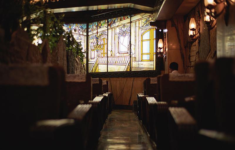 ステンドグラスにアールデコの装飾、そしてなぜかツタンカーメン。さまざまなテイストの小物が混沌と配された店内は不思議と落ち着く。
