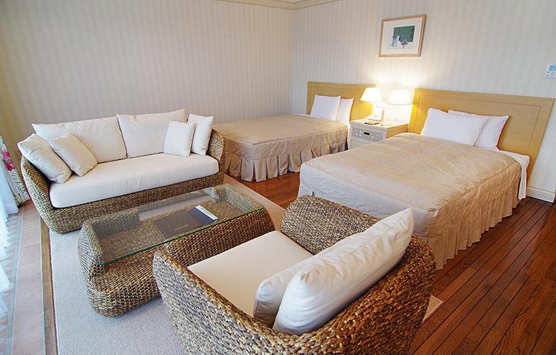 45平米の広々としたゲストルームは、全室バルコニー付き。他に、72平米のペットとともに宿泊できるお部屋も。