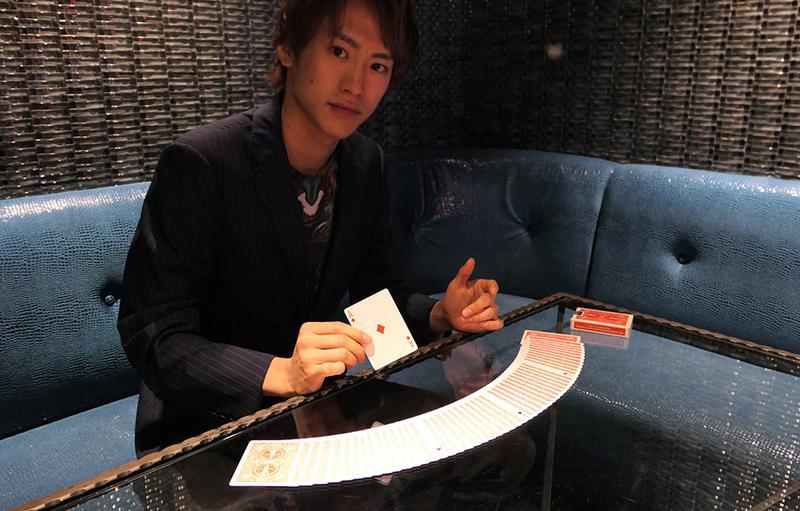 各テーブルでカードマジックを披露してくれるイケメンマジシャン、三上葵さん。