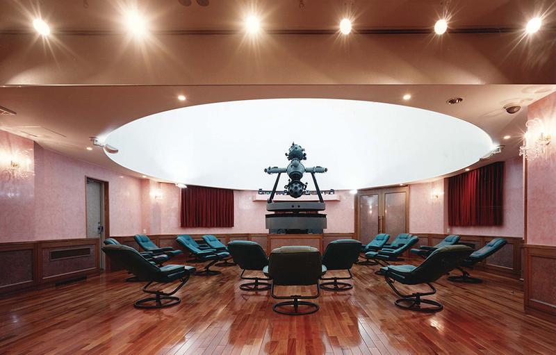 プラネタリウムの室内。ドーム最後列の6席は見やすい特等席(プレミアム・シート 1500円)