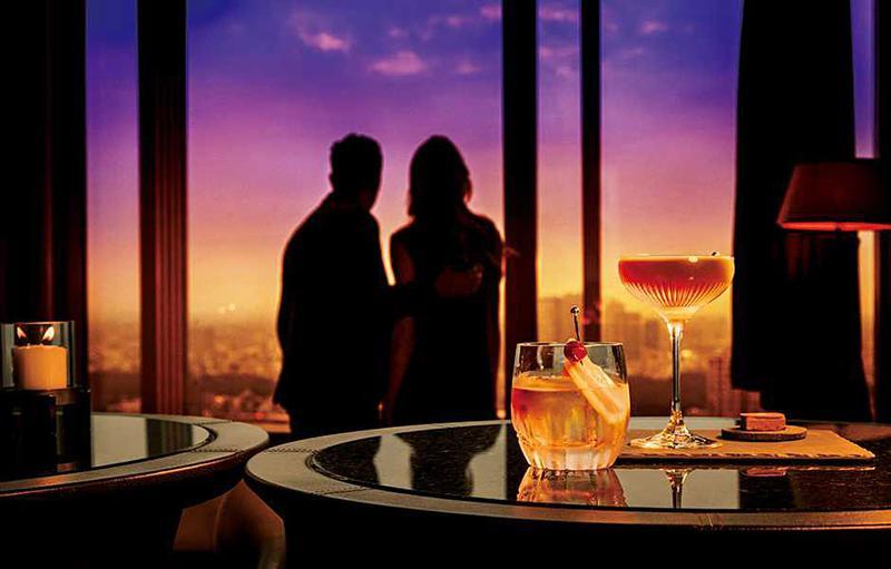 【ザ・リッツ・カールトン東京のザ・バー】45Fという超高層階のザ・バーから見る、マジックアワーの美しさは格別! どんなに夜景慣れしている彼女でも、高層階からのマジックアワーを見れば感動すること間違いなし。夕日が見える西側の席へ案内してもらうことをお忘れなく。(2016年12月号 本誌より)