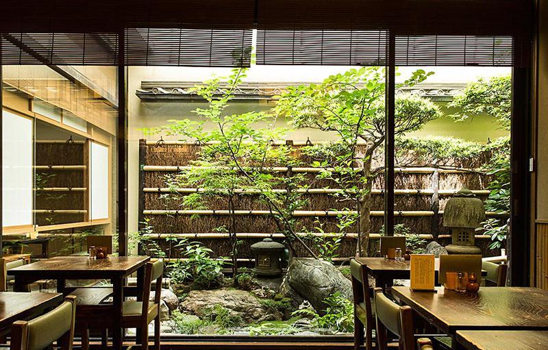 店内からは趣味の良い庭が楽しめます。高峰さんは先代のご主人とは仲が良く、レジ前でよく楽しげに会話を交わしていたそうです。