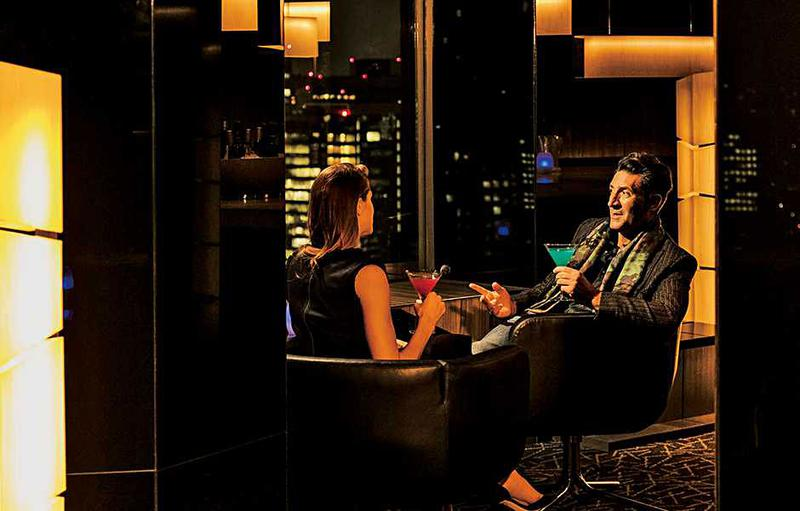 【ANAインターコンチネンタルホテル東京のMIXX バー&ラウンジ】 エントランスからバーエリアに入った奥に、柱の陰からふとあらわれるのが、この席。窓に向かって椅子があるのでダイナミックな夜景も夕景も楽しめます。外国人にも人気の「MIXXバー&ラウンジ」は席数も多く夜は海外っぽい雰囲気もまたお忍びデートにはぴったりなのかと。(2016年12月号 本誌より)