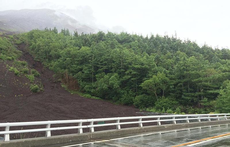 富士スバルラインで5合目へ迎えば、途中様々な高山植物の変遷も見ることができます。(7/10〜9/10までマイカー規制中)