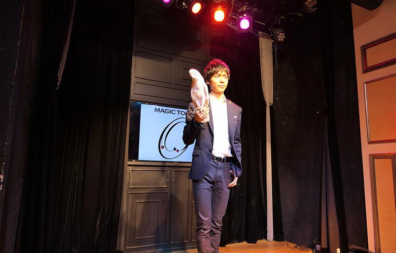 オウムを使ったステージマジックを見せてくれた幸生さん。オウムが客席を飛び回ります!