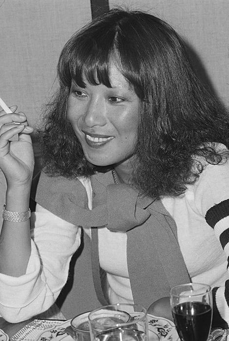 安井かずみさん(1939年~1994年)/作詞家。グループサウンズや著名歌手、アイドルらに詩を提供し、「おしゃべりな真珠」や「私の城下町」など数々のヒットで知られる。ミュージシャン、加藤和彦さんとの優雅な結婚生活はメディアにも多々取り上げられ、注目の的に。1994年、肺がんで死去。©主婦と生活社