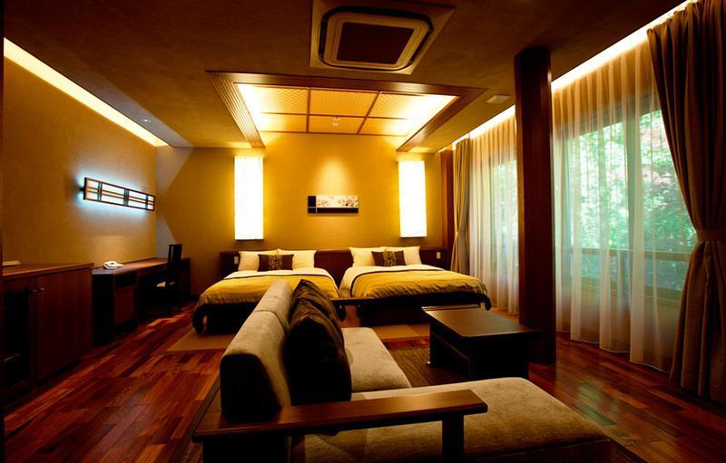 辰巳亭は全室スイート。大正モダンなデザインでベッドタイプなので過ごしやすい。