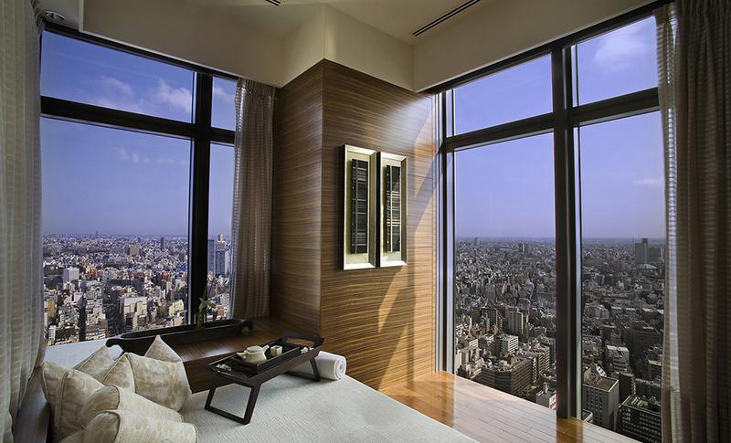 """東京の街を見渡せる、地上約200mにある「マンダリン オリエンタル 東京」の""""天空のスパ""""。"""