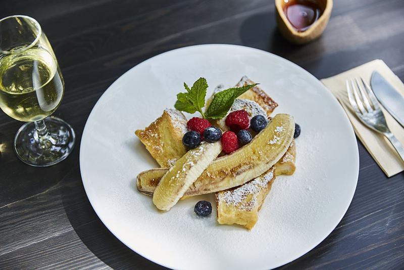 前日からハチミツにつけ込んだ「フレンチトースト バナナ添え」(1000円)は、しっとりとしていて美味。