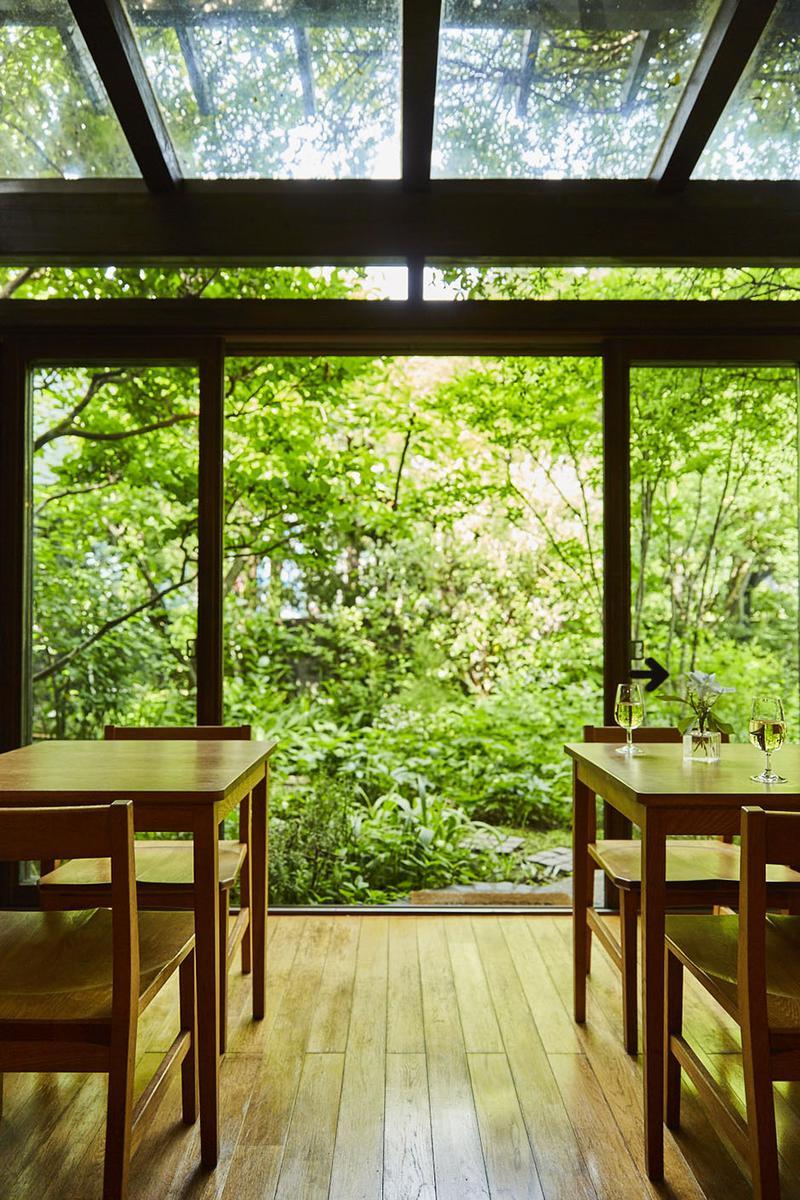 2009年に、住居の一部をサンルーム風に改築。梅雨時でもグリーン鑑賞に浸れますよ。