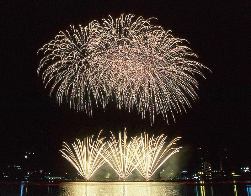 マカオ国際花火コンテストは、世界三大競技会のひとつに数えられる壮麗な花火の祭典。マカオ・タワー前の南灣湖が会場となり、マカオの夜景を背景に花火があがる。マカオはポルトガルが宗主国であることもあり、花火がさかんなポルトガルのチームも毎年参加している。