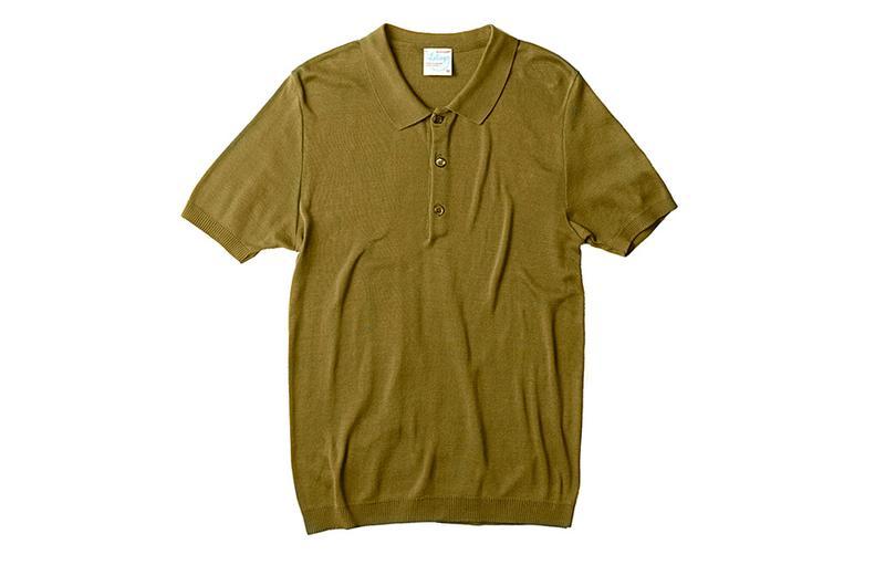 フランスはシャンパーニュにて2009年にスタートしたニット&カットソーの実力派。フレンチらしい上品なカジュアルスタイルに向く逸品作りを得意としています。新作のこちらは、なんともオトナード(大人+ナード)なオリーブ。身ごろの両脇に縫い合わせのない「丸胴編み」を採用しており、タイトめに着込んでもゴロ付きを感じさせない仕立てです。1万8000円/ルトロワ(八木通商)