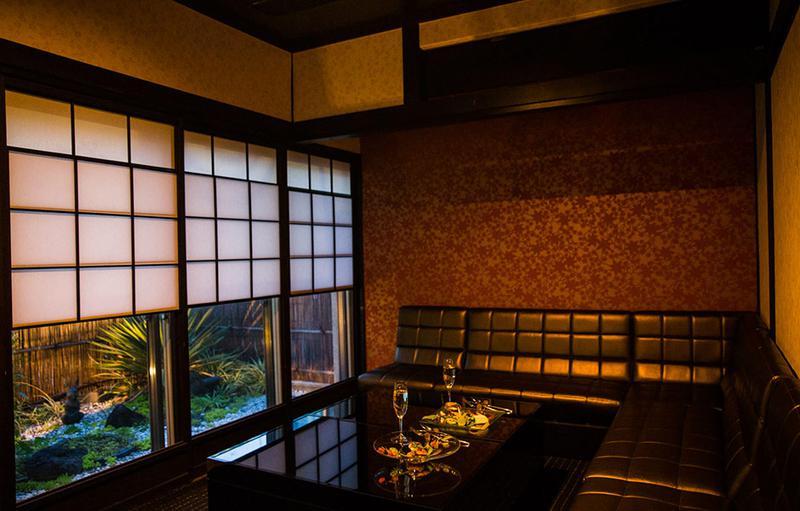 障子や和の壁紙のある和室を洋風にしつらえた個室