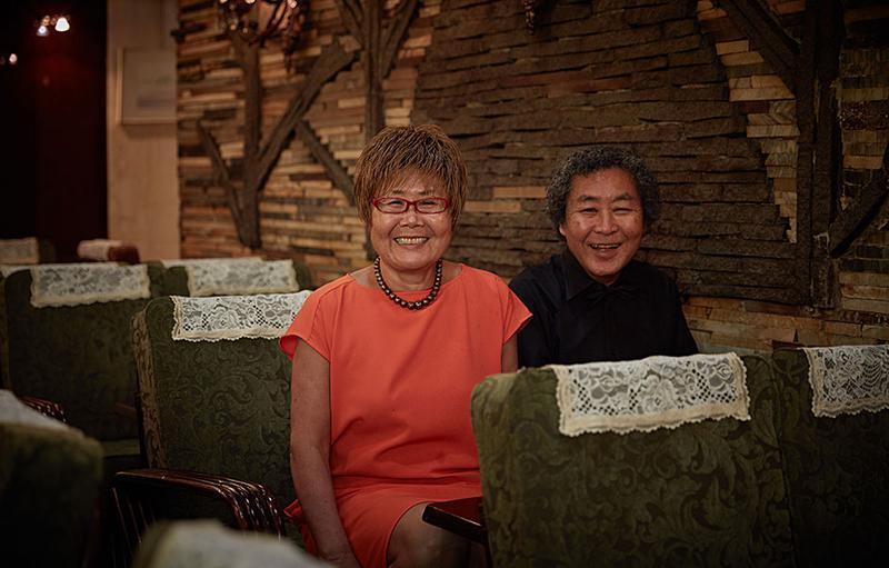 ロマンスシートで、オーナーの松井さんご夫妻。ご主人のパンチ、気合が入ってます。