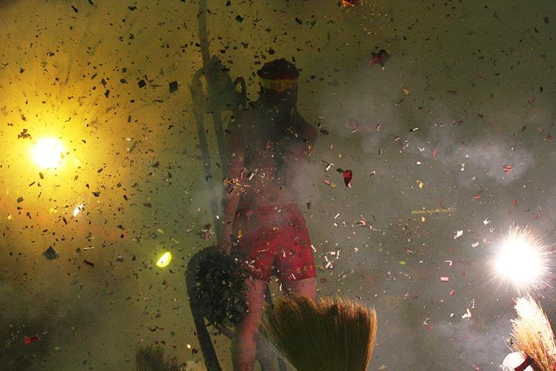 台湾の伝統花火「炸寒單爺」(ザーッハンダンイェ)。赤パンを履いた上半身裸の男性が担がれて、街の中を練り歩くと数十本の爆竹を周辺の氏子が投げつける。いわば厄落しの願掛けなのだそう。