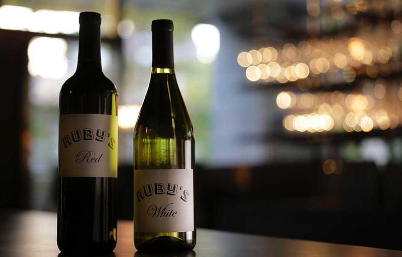 カリフォルニアはジラードワイナリーから取り揃えたハウスワイン。赤ワインにはナパ・カウンティ産のカヴェルネ・ソーヴィニヨン種が使用され肉との相性は抜群。白ワインにはロシアン・リバー・ヴァレー産シャルドネ種が使用され、新鮮な牡蠣や築地から直送されるカルパッチョと一緒に飲むのがオススメ。