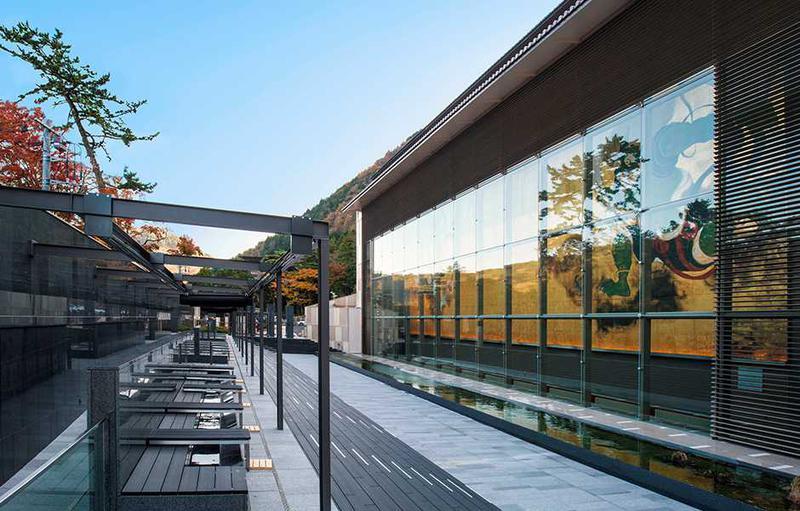 縦12m、横30mにも及ぶ大壁画を観賞できる足湯カフェ