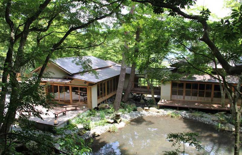 庭園の入口近くにある飲食施設「開化亭」