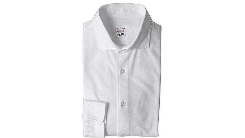 毎夏大人気を博すバルバの鹿の子ドレスシャツ。さすがナポリの名門シャツメーカーゆえ、スポーティな鹿の子といえど見た目はかなりドレッシー。スーツやジャケットとの合わせも問題なくキマります。コットン100%。2万9000円/バルバ(ストラスブルゴ)