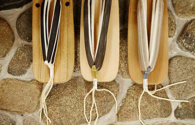 下駄の台と鼻緒は数種類ずつ取り揃えていて、選んだ後に職人によって仕立てられます。台は竹や神代杉、会津の桐など肌触りの合うものがメイン。履くほどに足に馴染み、杉なら木の目が立ってきて、夏に心地良く履けるものばかりです。
