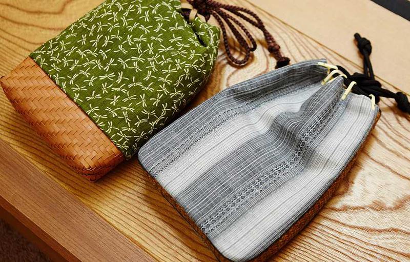 京都では昔から夏になると、籐でできた網代を敷く家がありますが、それと同じ編み方の信玄袋がコチラ。布製の手提げ袋で、口を紐で締めるオーセンティックな作りで浴衣姿のポイントになります。