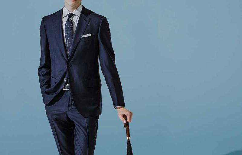 イザイアのエクスクルーシブ生地「アクアスパイダー」を使用したスーツ。型はベストセラーモデル「グレゴリー」です。スーツ26万5000円、シャツ4万9000円/ともにイザイア(イザイア ナポリ 東京ミッドタウン)、ネイビータイ1万円/フェアファクス(フェアファクスコレクティブ)、そのほかはスタイリスト私物