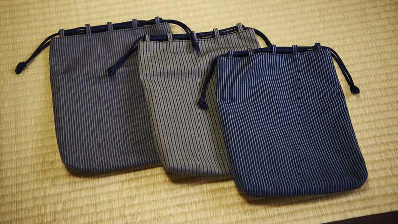 信玄袋はスマホや財布、手回り品を持ち歩くために。バッグ・イン・バッグとして普段使いしたくなる色柄が揃います。各9800円