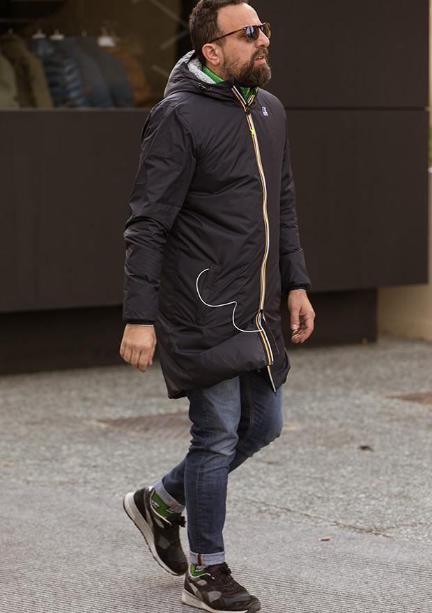 いま、イタリアで再注目されているアイコニックなシャカシャカパーカをサラリと着たオヤジさん。パーカのジップのスポーティなテイストが、こなれた感を増幅します。