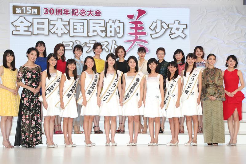 第15回全日本国民的美少女コンテスト。中央がグランプリの井本さん
