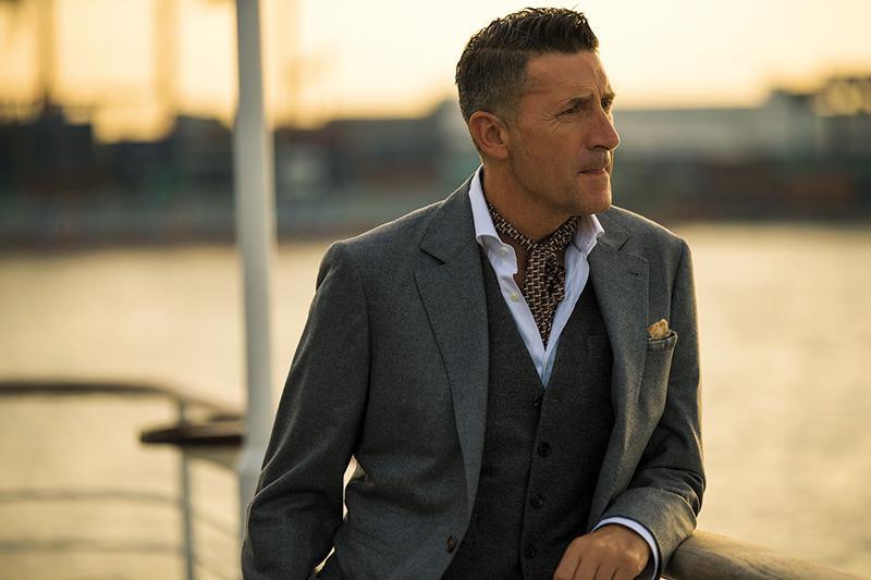シャツは上と同じ。ジャケット57万円、ジレ17万円/ともにブルネロ クチネリ(ブルネロ クチネリ ジャパン)、スカーフはスタイリスト私物