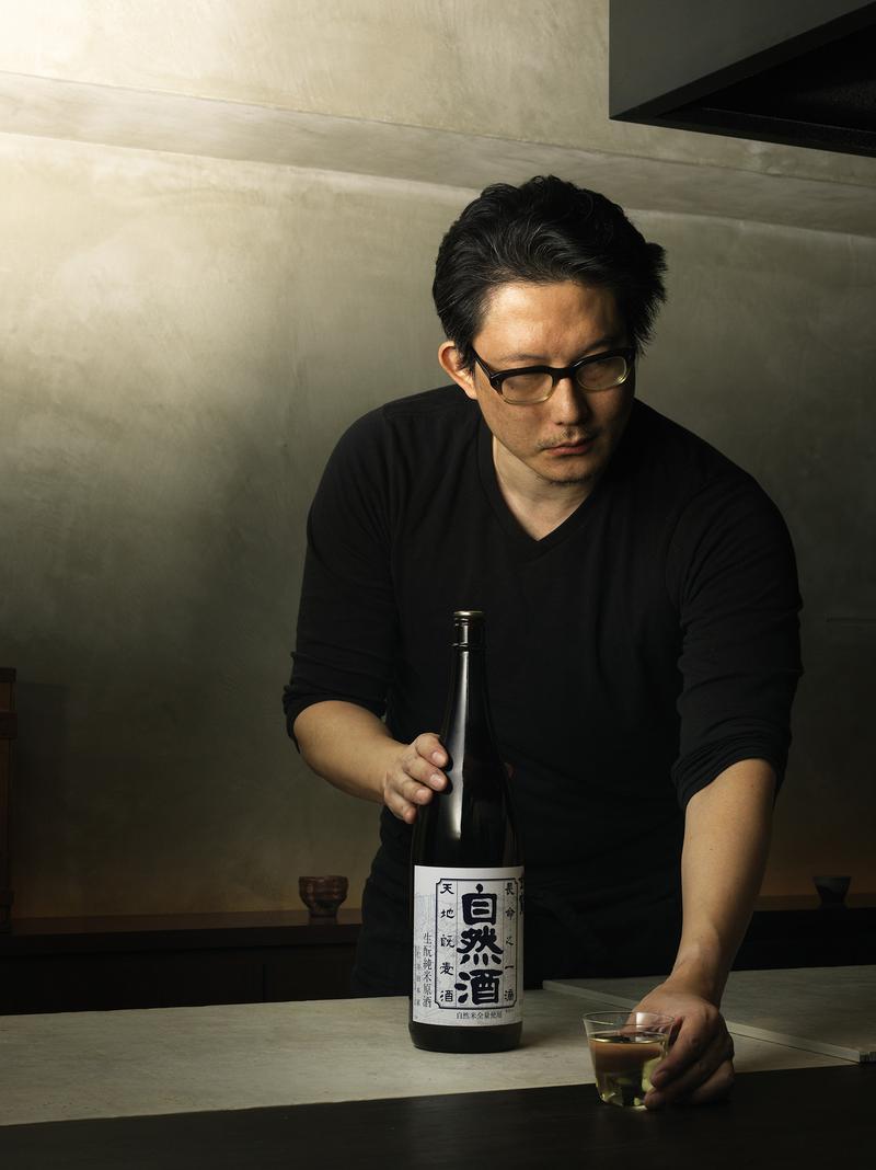 オーナーシェフの渡辺史門さん。建築家であり、プロダクトデザイナーでもある彼のセンスが活かされた店内はスタイリッシュです。