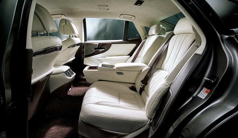 後席には大腿部にかけて指圧を行うリフレッシュ機能をオプションで装着可能