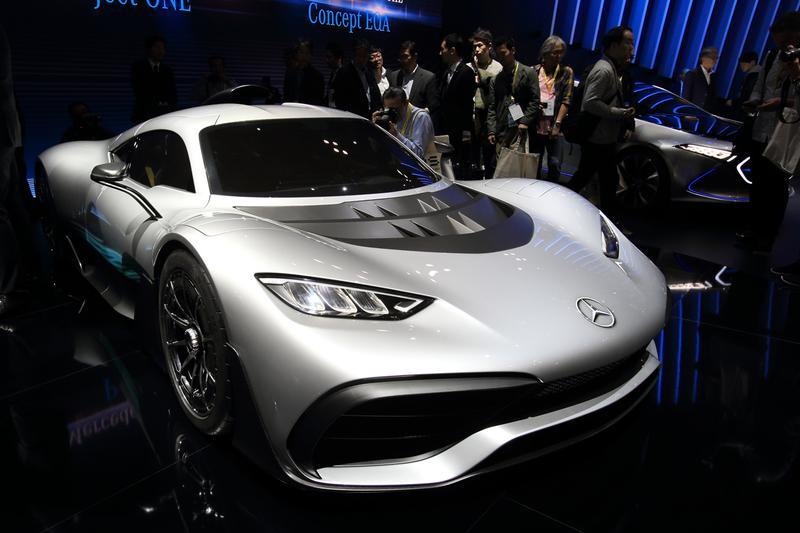 AMG創立50周年を記念してフランクフルトモーターショーで初披露されたメルセデスAMG「プロジェクト ワン」。F1マシン用1.6リッターV6ガソリンエンジンに4つのモーターを組み合わせたハイブリッド ターボ エンジンを搭載する