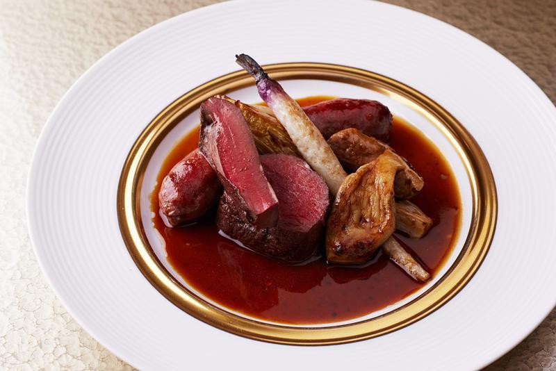 蝦夷鹿とヒグマサルシッチャのロースト。肉の強さは感じつつも、ジビエのイメージを覆す柔らかさと優しい風味が新鮮です。それというのもシェフが肉の特製を知り尽くしているからこそ。