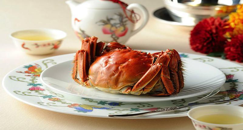 8品を楽しめる上海蟹コースは1万3000円(税別)写真は、陽澄湖産上海蟹の紹興酒漬け。