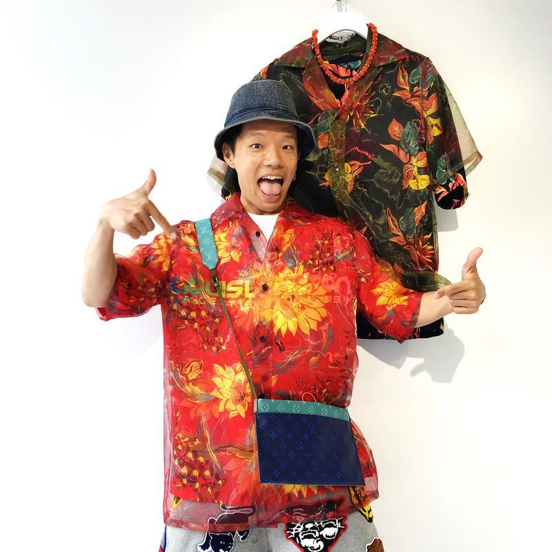 2018年の春夏コレクションで気になっているという、ルイ・ヴィトンのアロハシャツとサコッシュを試着時のスナップ。昨年のパリコレの際のものです。