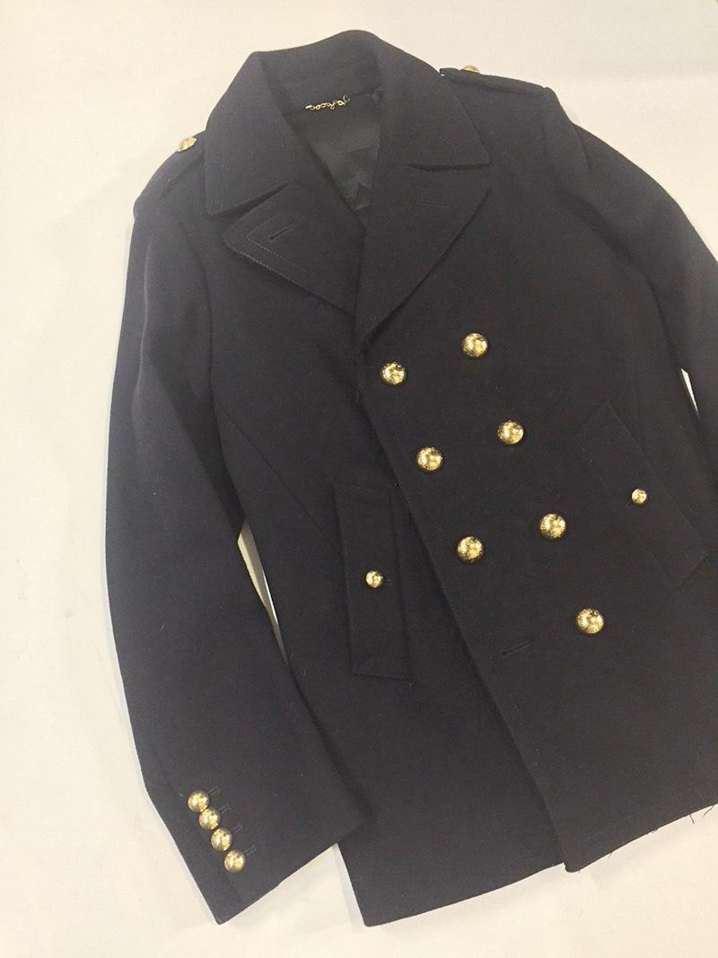 大ぶりなメタルボタンにさりげなくルイ・ヴィトンの文字が刻印された一着。流行のものは旬を過ぎれば着なくなるというジローさんですが、このピーコートは時代を超えて着られる特別なものだそうです。