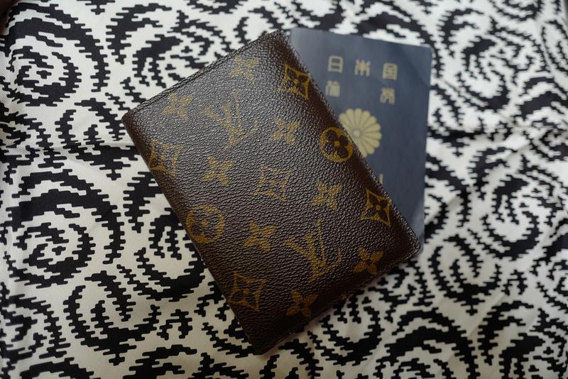 友人からのギフトがこちらのパスポートケース。世界中を旅するケースですが、タフさは折り紙付きのようです。